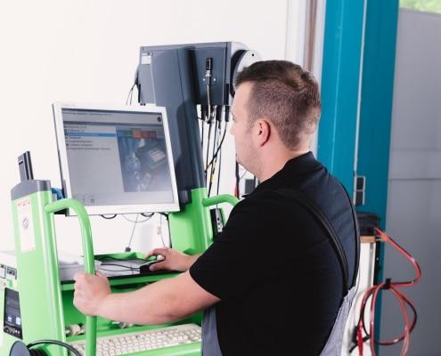 Fahrwerksvermessung eines Fahrzeuges durch einen Mitarbeiter